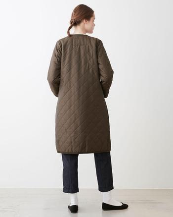 裾に向かって広がりを抑えた、美しいシルエットが女性らしさを感じさせます。スカートの裾をのぞかせたり、ロングブーツに合わせたり冬のおしゃれが楽しめそうです。