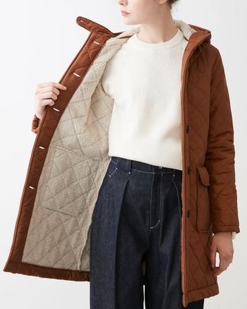 裏地には薄く改良されたボアを使用しており、中に着こんでも着ぶくれしないのが特徴です。