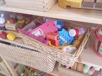 子どもの目線に合わせたおもちゃ収納を心がけるだけでも、子どもはお片付けに協力的になります。何をどこにしまうのか、子ども本人が分かるようにラベリングをしてあげるのもおすすめです。