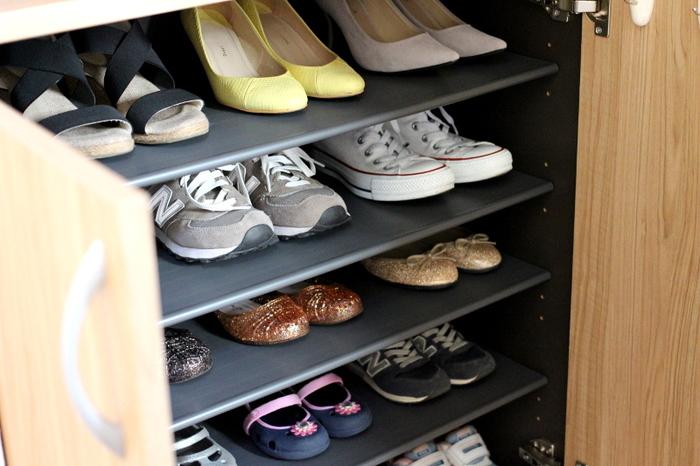 小さな子どもでもできることはあるはずです。たとえば、自分で履いた靴は下駄箱に戻す、といった約束をしておくと、子どもも片づけに協力的になります。下駄箱に入れるのが難しいようであれば、きちんと隅の方に揃えておくというだけでも、玄関のきれいをキープしやすくなります。