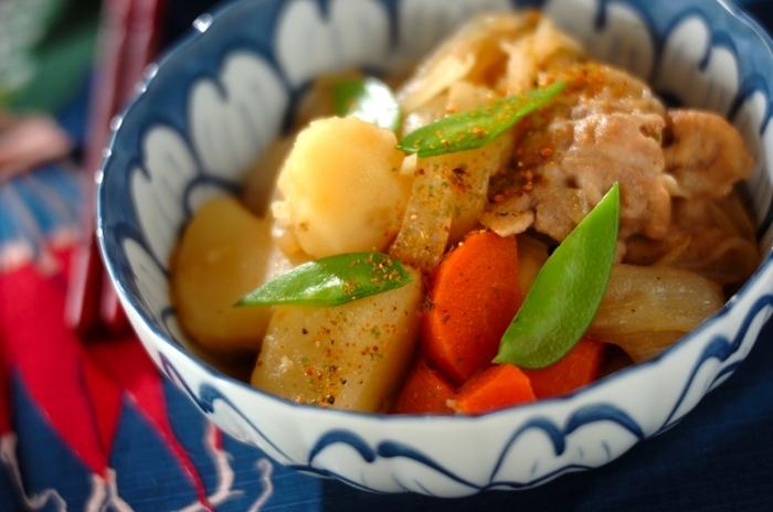 食事の用意、買い出しは家事の中でも特に大きな時間を占めるものです。冷蔵庫に入っている同じ食材だけで、料理を組み立てることができるようになると、無駄な買い物が減ります。玉ねぎ、じゃがいも、人参に豚肉ならカレーや肉じゃが、トマト煮込みやポトフなど展開できるレシピを覚えておくといいでしょう。