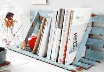 卓上にしても壁掛けにしても使いやすいマガジンラック。シャビーなカラーリングがおしゃれで、白ベースのお部屋にとってもお似合い。