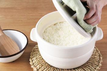 かもしか道具店のごはんの鍋です。 国産の土鍋のシェアの7〜8割を占めると言われている三重県の萬古焼。 その土鍋の優れた点と、技術を活かしつつ、「おひつ」としても使えて電子レンジでも温められるスグレモノの鍋です。 一つで3役ぐらいこなすこの鍋は、一人暮らしの方にもおすすめ。 余ったご飯はそのままにして「おひつ」として、その後は冷蔵庫に入れて、また食べる際には電子レンジであたためて、と現代の忙しい私たちにぴったりのごはんの鍋です。