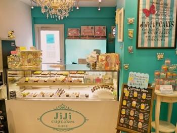 三宮高架商店街(ピアザ神戸)内ある、注目のカップケーキ屋さん「ジジ カップケークス」。外観がとても可愛らしく、ひときわ目をひくお店です。雑誌などメディアでもよく掲載されていることもあって、連日多くの人が訪れるそうです。