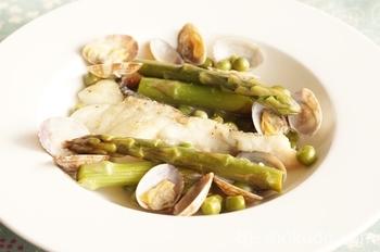 「タラのバスク風」噛めば噛むほど味のしみだすタラ。さらにアサリのうまみが加わって魚介の味がたっぷり詰まった逸品です。