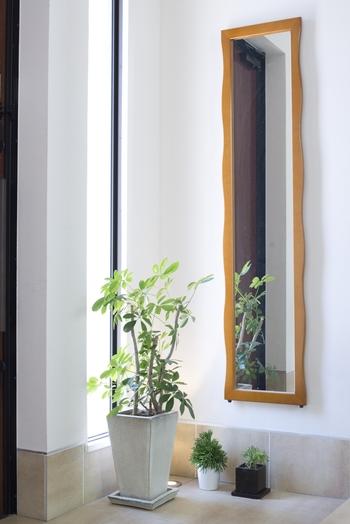 「お出かけ前に全身チェックをしたい」という理由から、玄関付近に鏡を置くことがありますよね。玄関に鏡があるおうちは、位置や向きをちょっと変えることで、さりげなく風水の力を借りてみましょう。