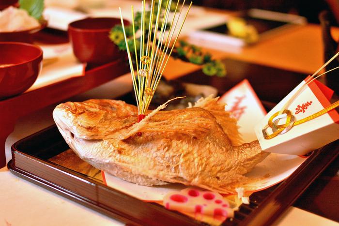 見た目もとても立派でお祝いの席にはぴったりの鯛ですが、とてもシンプルな塩焼きが、一番おいしくいただける調理法かもしれません。シンプルなだけに、残ってしまってもアレンジするレシピはたくさんあります。  今回は真鯛に絞って紹介しましたが、ほかにも血鯛、いとより鯛、金目鯛など、鯛はたくさん種類があります。ぜひいろいろな調理法、いろいろな種類の鯛をいただいて、そのおめでたい幸せにあやかりたいですね。