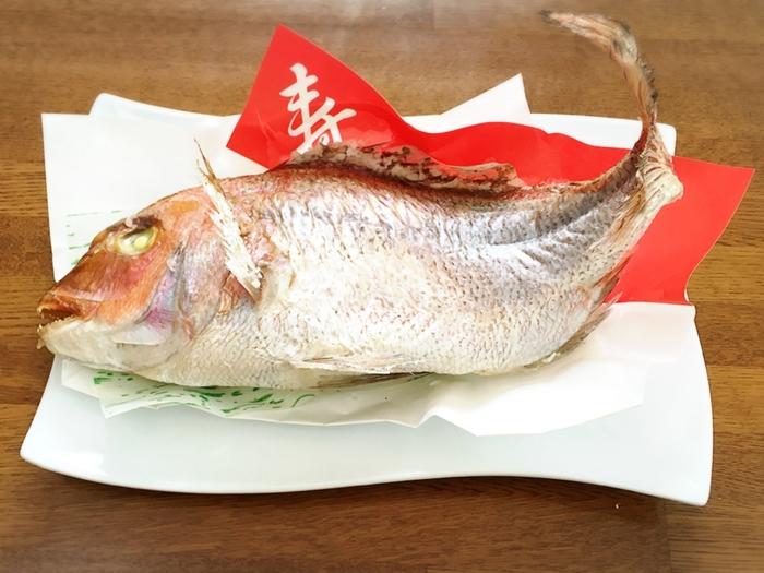 """""""めでたい""""という語呂合わせやその赤く美しい姿から、とくに尾頭付きの鯛は縁起のいい高級食材として古くから日本で愛されてきました。お祝いやお祭り、おせちなどでもおなじみですね。"""