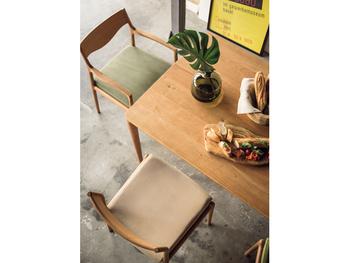 そんな成型合板の独自技術を活かし、軽さと丈夫さを両立させた、耐久性の高い、曲線美の家具たちを生み出しています。