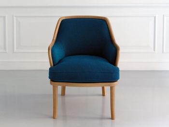 快適な座り心地はもちろん、型崩れのしにくい構造に仕上げています。また、どこか懐かしさを感じるデザインが素敵で、オーク材の優しい色合いは他の家具との相性を高めてくれます。