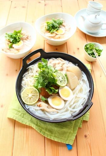 おでんの雰囲気をガラリと一変♪気分はアジアのエスニックなお鍋です。おでんスープに、ナンプラーとレモン汁を加えるだけの簡単美味しいレシピです。パクチーをたっぷり乗せて召し上がれ♪