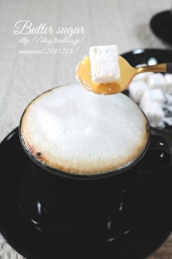淹れたてのカフェラテに粉糖をまぶしたバターを添える、ちょっと珍しいトッピングです。インスタントコーヒーで作っても充分美味しく、バターの油分で冷めにくくなるのだとか。とびきり寒い日には、この一杯が身体をあたためてくれそうです。