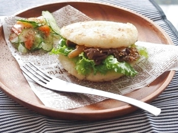 某ファストフードの人気メニューのようなライスバーガー。具材はすき焼きの残りとレタスなので、調理するのはライス部分だけ。せっかくおうちで作るので、大きめに作ってお腹いっぱい食べたいですね♪