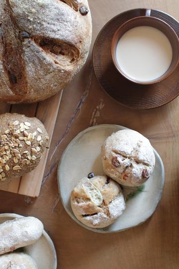 """パンは日にちが経つにつれ水分が抜けて味も落ちてしまいます。最大のメリットは、パンを冷凍すると""""美味しさを保てる""""こと。また、食べ切れず賞味期限が切れてしまう食品ロスも防げます。  冷凍庫にパンをストックして、ご飯を炊き忘れた朝や急にパンが食べたくなったとき、リベイクして焼きたてパンを楽しみましょう。"""