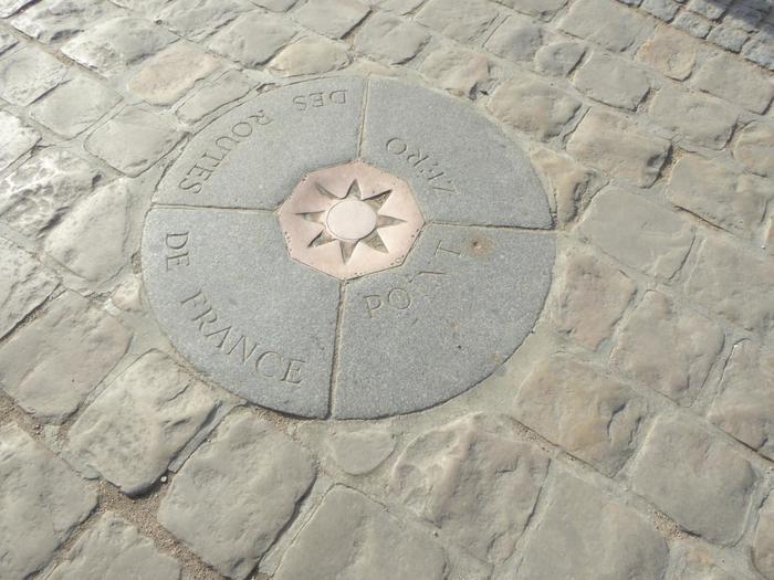 正面広場で人々が集まって足元を見つめていたら、そこにきっと「ポワン・ゼロ」があるはずです。石畳に埋め込まれたこのポイントは、パリの中心であることを表しています。つまり、ここが各都市へとつながる起点=ゼロ地点。足を乗せて記念撮影するのが定番ショットです。