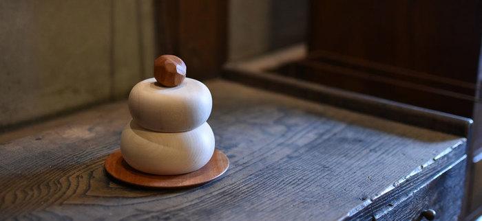 近頃は、処分の手間を省けるインテリアタイプのお正月飾りも人気を得ています。木製やガラス製の鏡餅などは、片付けの時期を目安に収納して、また来年飾りつけをしましょう。