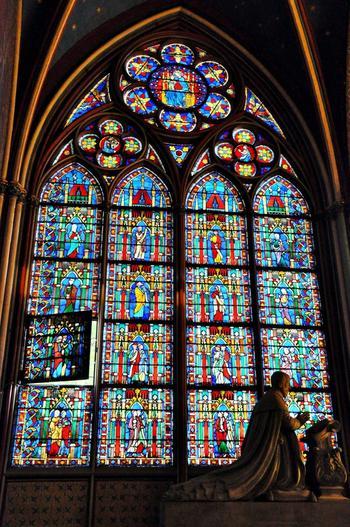 それぞれ窓によって違う多彩なデザイン。影とのコントラストも秀麗で、見とれてしまいます。