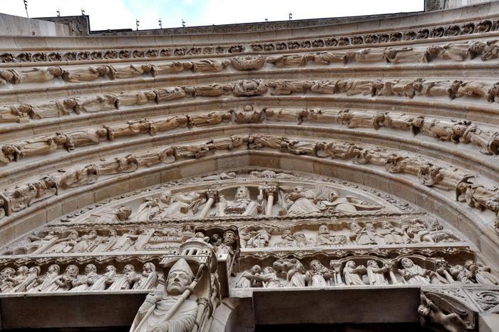 大聖堂内へと進む正面入口のアーチ。見上げると、こんなに細かく繊細な彫刻が施されています。見学のスタート時点でもうすでに感動でため息が……。