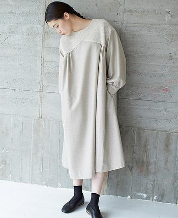 胸元の切り替えデザインが個性を生み出す、ナチュラルであたたかな雰囲気のドレス。ウール素材なのでこれからの季節もあたたかに♪