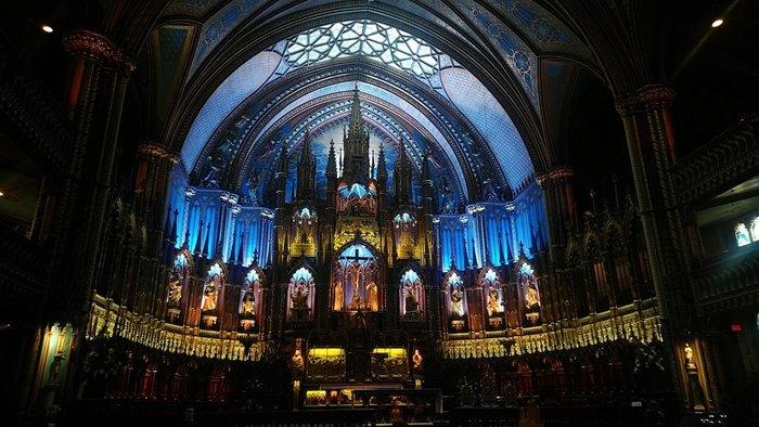 パリ以外にも、カナダ、ベルギー、ルクセンブルといったフランス語圏にノートルダム大聖堂があります。(写真はモントリオールのノートルダム大聖堂) また、ノートルダムの名を冠した教会や寺院も各地に建てられていて、関連した建物は実に22ヵ所もあるのです。