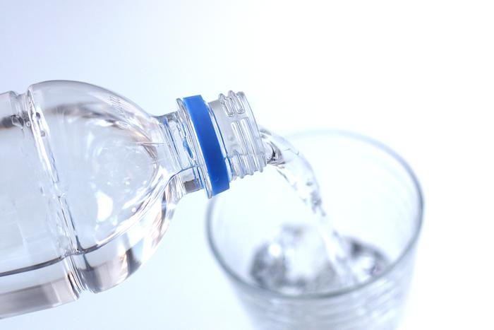 ウイルス感染症による下痢などで、脱水状態気味の場合。水ではなく「経口補水液」を選びましょう。  体から失われたものは水分だけではなくナトリウムなどの電解質です。このナトリウムは経口補水液にたくさん含まれていて、ブドウ糖と一緒に摂取することにより、吸収のスピードを上げることができます