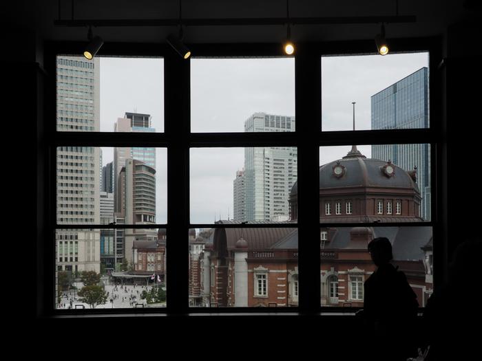 せっかく東京駅へ来るのなら、生まれ変わった東京駅丸の内駅舎の姿と駅前の絶景を眼におさめて帰りましょう。眺めるのなら、以下の無料スポットへ。どこも駅からすぐの場所なので、旅行や出張のちょっとした空き時間で楽しむことが出来ます。 【「KITTE」4階の「旧駅長室」】