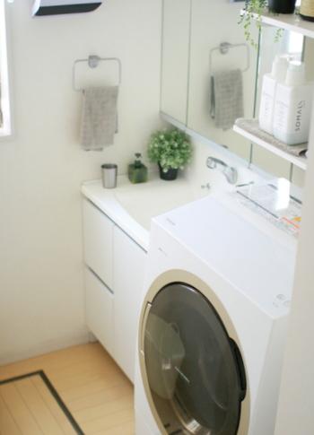 子どもと一緒の暮らしではお洗濯はどうしても数が多くなり、作業時間も長くなってしまいますよね。洗濯物を干して、取り込んで畳んで、という一連の流れを軽減してくれるのが、衣類乾燥機。乾燥機にかけられるものだけでも、乾かしてもらえれば、洗濯の手間がひとつ減ります。