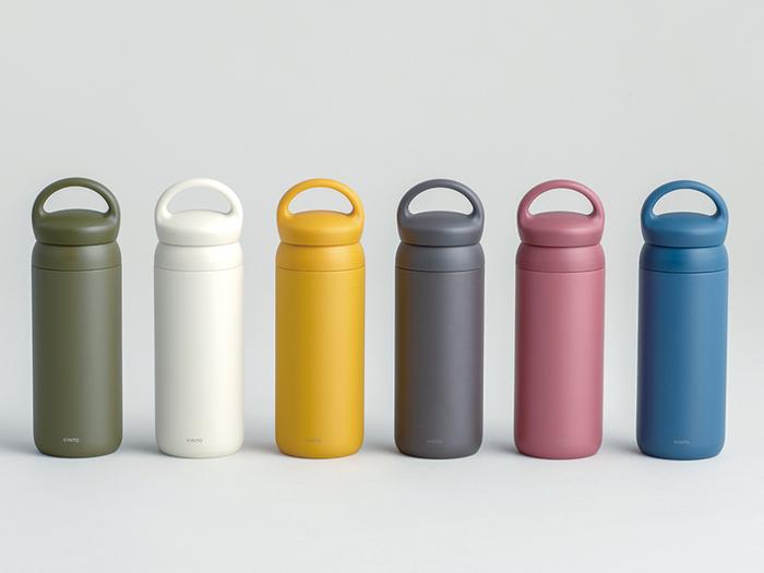真空二重構造になった「KINTO(キントー)」のタンブラーボトルは、丸みを帯びたキュートなデザインと豊富なカラー展開が魅力のアイテムです。ハンドルが付いているので持ち運びやすく、リュックなどにぶら下げて使ってもおしゃれに見えますね。