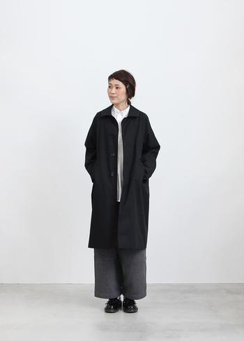 白シャツだってコートの襟もとから覗けば、いいアクセントになります。ハンサムなコートと合わせて知的に演出するのも素敵です。