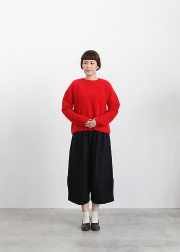 ビビッドカラーのセーターやニットは、1着あると、冬の重たいスタイルを一新してくれるので、とても重宝します。色の印象が強いので、アクセサリーなどであまりごちゃごちゃさせず、すっきり着こなしたいですね。