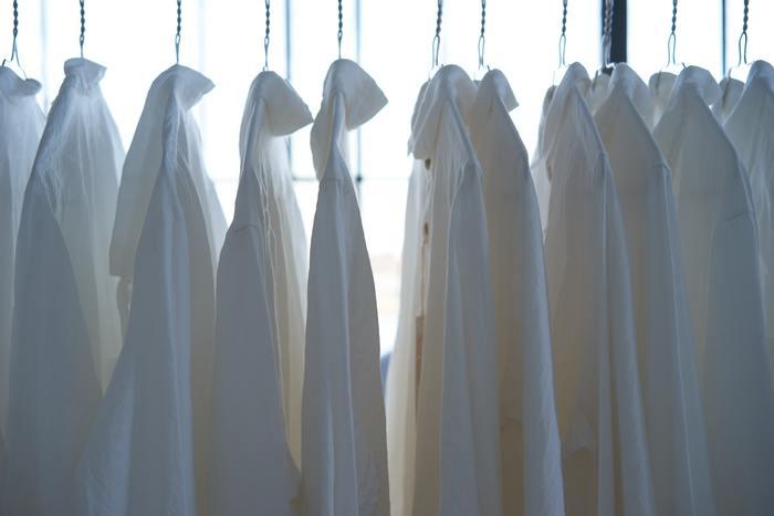 アイロンタイムは主婦にとって、苦痛の時間という人が多いもの。旦那様のワイシャツを選ぶときは、できるだけノンアイロンでも着られるものを選ぶと大きな時短になります。