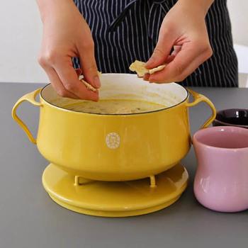 蓋を鍋の下に置けば、鍋敷きとしても活用できるので、そのままテーブルに出すことも可能です。テーブルコーディネートの主役として、ダイニングを明るく彩ってくれるお鍋ですね。