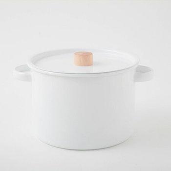 ホーロー素材の真っ白な両手鍋は、キッチンに出しっぱなしにしておいてもサマになるのが魅力のアイテムです。たっぷりと深さのある両手鍋にステンレスの網がついたパスタパンなので、鍋料理や煮込み料理だけでなく、パスタをゆでる時にも重宝します。