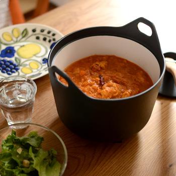 黒い鍋の内側は白いホーロー加工になっていて、この切替カラーもおしゃれに見せてくれるポイント。鋳物鉄製の鍋なので煮込み料理に適していますが、5号のお米を炊き上げることも可能です。