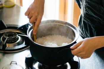 職人さんの高い技術を持って作られる鍋は、軽くてサビに強いという特徴を持っています。さらに嬉しいのが、IH・ガス・ラジエントヒーターなど、全ての熱源に対応しているということ。流行りの無水調理も可能な、フレキシブルなお鍋です。