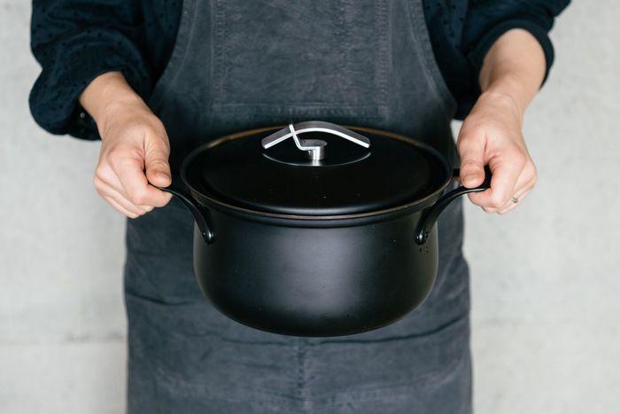 シンプルでスタイリッシュなデザイン性と、機能性を兼ね備えたステンレスの鍋。新潟の職人と新潟に本社を置く有限会社・エフディーが手を組み、地域活性化のために立ち上げた「FD STYLE(エフディースタイル)」という取り組みの中で作られています。