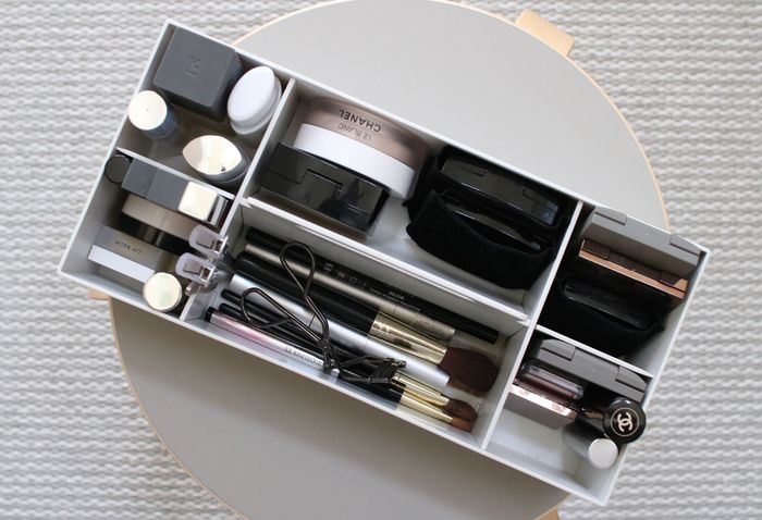 メイク道具も細々としていて、乱雑になりがち。こちらも仕切りを使ってすっきりと収納するのが便利です。持ち運びしやすい仕切りボックスに入れておけば、メイク時に持ち運べるので便利です。