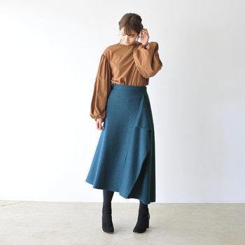 深みのあるブルーのロングスカートは、大人の女性の冬コーデにぴったりなアイテムです。控えめカラーのブラウントップスと合わせて、洗練された印象を与える着こなしに。足元はブラックで引き締めて。