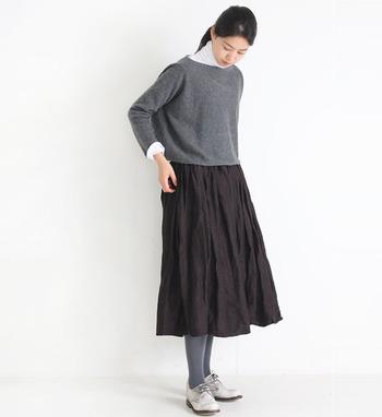 ボリューム感のあるバルーンスカートは、控えめカラーのブラウンでシックに。グレーのニットとタイツを合わせたシンプルコーデは、タートルネックをレイヤードするだけで地味見えを回避できます。