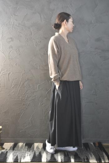 ふわっとしたシルエットで、ナチュラルコーデにぴったりな黒のロングスカート。ブラウン系のVネックニットを合わせて、大人のゆとりを感じさせる着こなしに仕上げました。黒のロングスカートなので、足元からちらりと覗くタイツやレギンスはちょっぴり派手なカラーを選んでも◎