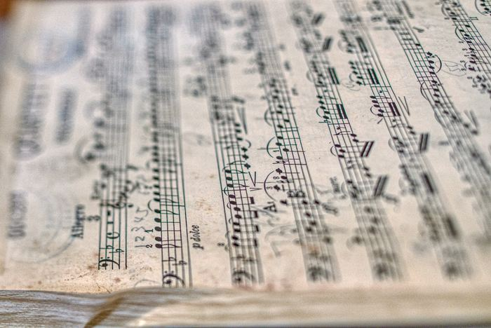 ボリュームが徐々に大きくなるように、設定できるとなおいいそうですよ。自分が心地いいと思う耳ざわりのいい音楽や音を選んでみてください。 朝日と共に覚醒し、心地いい音でゆっくり目が覚めるなんて素敵な習慣ですよね。