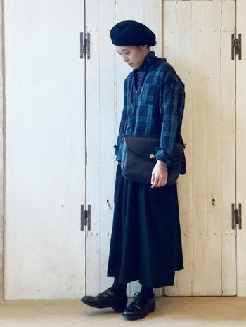 黒のサスペンダースカートの上に、ブルーのチェック柄シャツをレイヤードしたコーディネートです。サスペンダーを出すとバランスが難しいと感じるトップスの場合は、あえて内側にしまいこんだ着こなしもおすすめですよ♪