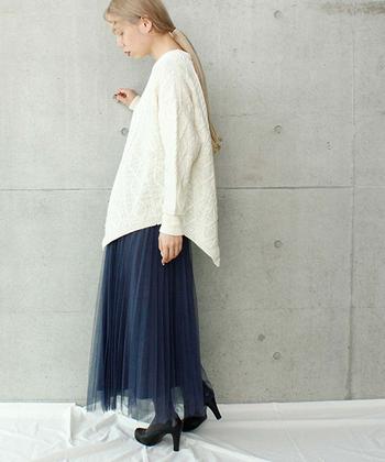 ダークブルーのチュールスカートに、白のゆったりトップスを合わせたコーディネート。ちょっぴり透け感のあるチュールスカートを冬コーデに取り入れるなら、寒さを感じさせないようタイツと厚手のトップスを合わせるのがおすすめです。