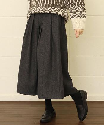 足元までしっかり覆ってくれるロングスカートは、寒い日のコーディネートにも活躍してくれるアイテムです。  今回はそんなロングスカートをさらに今っぽく見せてくれる、タイツやレギンスと組み合わせたコーディネートをご紹介します。