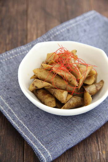 普段のお料理をおもてなし用にシフトチェンジする時にもってこいのアイテムが糸唐辛子です。ふんわり乗せるだけで一気におもてなし料理に早変わり。煮物系やスープ類、韓国風のサラダにも使えますよ。