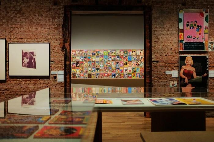 当ギャラリーの企画展では、近代美術、現代アート、建築、デザインと幅広いジャンルの展覧会が催され、一般美術館とは一味違った作品群が企画に応じて展示されています。  【創建当時の構造レンガを用いている展示室も、ギャラリーの見所。(画像は、2017年開催の『パロディ、二重の声 ―日本の一九七〇年代前後左右』展)】