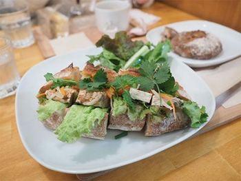 オープン当初からの人気メニューは「ベトナム風バインミーサンドイッチ」。自家製のパテやなます、コリアンダーやミントなどのハーブを、バゲットで挟んだサンドイッチです。ランチでは+ドリンクセットがおすすめです♪