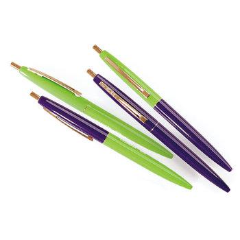こちらのクリックボールペンは、2色のボールペンを組み合わせたセットで販売されています。気分によって、単色にしてもいいし、バイカラーで楽しんでもいい。そんな自由さも楽しいし、色の組み合わせがとてもおしゃれなのも嬉しい。お気に入りの手帳と合わせてセレクトしてみてはいかがでしょうか?