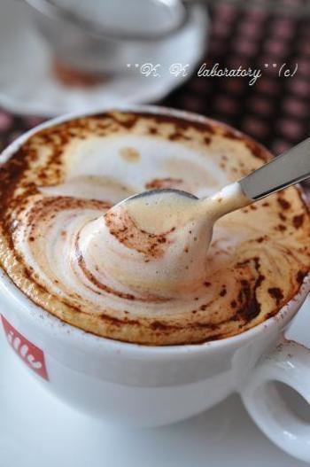 マスカルポーネ入りのミルクとエスプレッソで淹れたカフェラテに、香りの良いカカオパウダーをたっぷりかけたこちらは、まさに飲むティラミス。さらにカルーアリキュールを加えると、贅沢な大人の味わいになります。