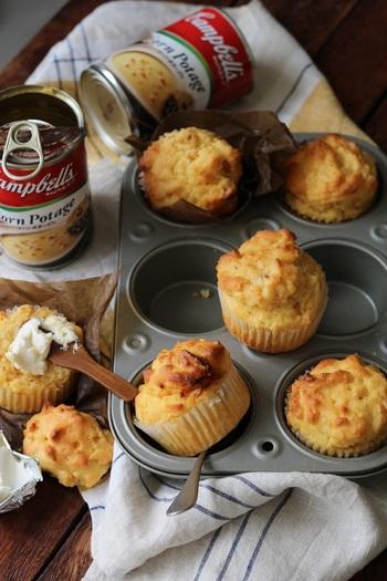 コーンポタージュ缶を使った甘さ控えめのオイルマフィンです。バターではなくオイルで作るので食感も軽やか。あたたかいカフェオレと一緒に朝食メニューにいかがでしょう?クリームチーズをつけて食べても美味しいそうです。